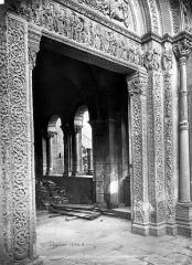 Abbaye de Charlieu - Eglise - Narthex : Portail de la façade nord et vue vers l'intérieur