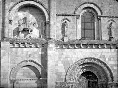 Eglise Saint-Pierre - Portail de la façade ouest : Partie gauche