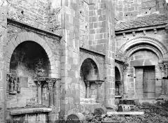 Ancienne abbaye Sainte-Foy - Façade sud et tombeaux
