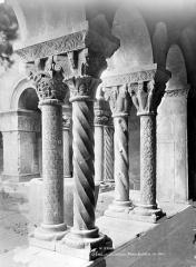 Eglise Sainte-Eulalie (ancienne cathédrale) - Cloître : Piliers à l'angle sud-est