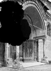 Eglise Notre-Dame (ancienne cathédrale) - Porche de la façade nord, côté gauche