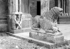 Eglise Notre-Dame (ancienne cathédrale) - Porche de la façade nord : Base de colonne avec lion sculpté (côté gauche)