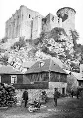 Château fort, actuellement collège - Ensemble nord vu en contre-plongée