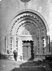Prieuré - Eglise. Portail de la façade ouest