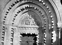 Prieuré - Eglise. Portail de la façade ouest : Tympan