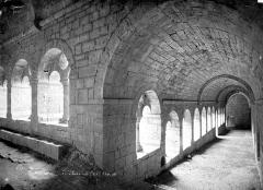 Ancienne abbaye - Cloître : Vue intérieure des galeries sud et est