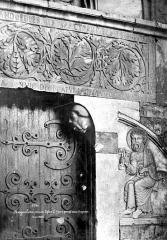 Ensemble historique et archéologique de la cité épiscopale et canoniale de Maguelone - Portail de la façade ouest : Partie droite du linteau et bas-relief de saint Pierre