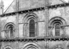 Eglise Saint-Hilaire - Façade ouest : Fenêtres de la partie médiane
