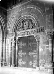 Eglise Saint-Pierre et Saint-Benoît - Portail de la façade ouest, à l'intérieur du porche
