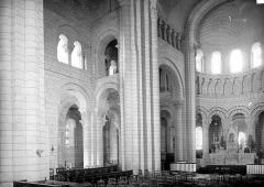 Eglise abbatiale bénédictine Saint-Pierre - Vue intérieure du transept nord et du choeur