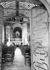 Eglise Notre-Dame - Vue intérieure de la nef vers le choeur et porte d'entrée
