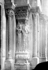 Eglise Saint-Barnard, ancienne collégiale - Portail de la façade ouest : Statues-colonnes de l'ébrasement gauche