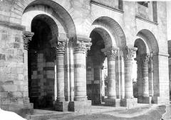 Eglise abbatiale Saint-Benoît - Narthex : Arcades de la façade