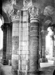 Eglise abbatiale Saint-Benoît - Vue intérieure du narthex : Pilier