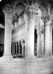 Eglise abbatiale Saint-Benoît - Vue intérieure du déambulatoire et du chœur : Colonnes