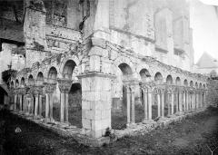 Ancienne cathédrale Notre-Dame - Cloître (ruines) : Vue intérieure des galeries
