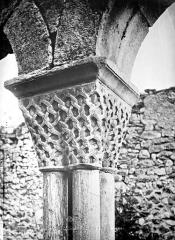 Ancienne cathédrale Notre-Dame - Cloître (ruines) : Chapiteau