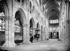 Eglise Notre-Dame-en-Vaux et son cloître - Vue intérieure de la nef vers le nord-est