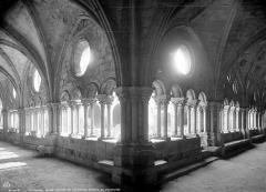 Abbaye de Fontfroide - Cloître : Vue intérieure des galeries