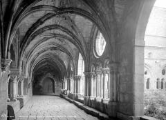 Abbaye de Fontfroide - Cloître : Vue intérieure d'une galerie
