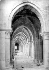Ancienne cathédrale, actuellement église Notre-Dame, et cloître - Vue intérieure de la galerie nord du triforium