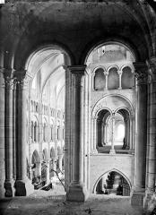 Ancienne cathédrale, actuellement église Notre-Dame, et cloître - Vue intérieure de la galerie sud du triforium au niveau du transept