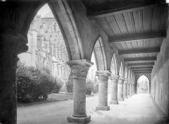 Ancien évéché et chapelle - Cloître : Vue intérieure d'une galerie