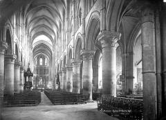 Eglise Saint-Pierre, ancienne cathédrale - Vue intérieure de la nef vers le chœur et le bas-côté sud