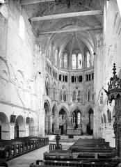 Eglise - Vue intérieure de la nef et du choeur