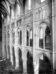 Eglise abbatiale Notre-Dame - Vue intérieure de la nef, côté sud