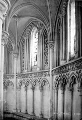 Eglise de Norrey-en-Bessin - Vue intérieure du déambulatoire : Fenêtres et arcatures, côté nord