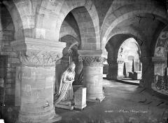 Basilique Saint-Denis - Crypte : Vue intérieure du déambulatoire, avec la statue de Marie-Antoinette par Petitot