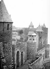 Cité de Carcassonne - Remparts : Vue prise de la porte de l'Aude