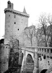 Château - Château du Milieu : Tour de l'Horloge, entrée du château et pont enjambant les douves