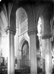 Abbaye bénédictine Notre-Dame d'Evron devenue Couvent de la Charité d'Evron - Eglise : Vue intérieure du déambulatoire et du chœur : Colonnes