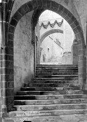 Abbaye et dépendances - Passage couvert et grand escalier conduisant à la chapelle