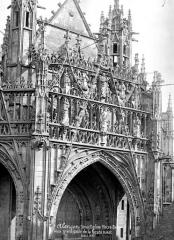 Eglise Notre-Dame - Façade ouest : Grand gâble central du porche