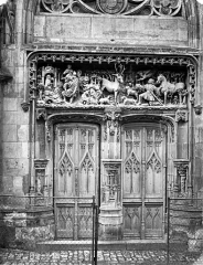 Château - Chapelle : Porte et linteau sculpté