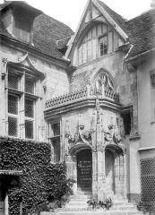 Ancien palais épiscopal, ancien palais de justice, actuellement musée départemental de l'Oise - Cour intérieure : Porte d'entrée