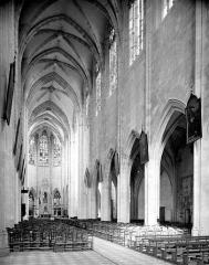 Basilique Notre-Dame - Vue intérieure de la nef vers le sud-est