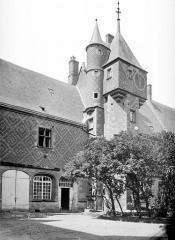 Ancien château, actuellement Musée international de la Chasse - Tour centrale, côté nord