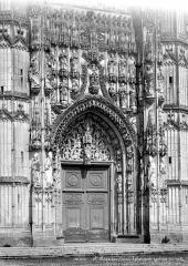 Ancienne abbaye - Eglise : Portail central de la façade ouest
