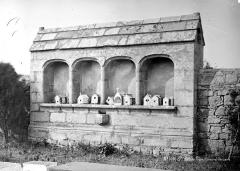 Eglise Saint-Pierre - Ossuaire dans le mur d'enceinte du cimetière