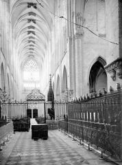 Ancienne abbaye de la Trinité - Eglise : Vue intérieure du chœur et de la nef vers l'ouest