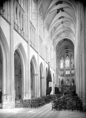 Ancienne abbaye de la Trinité - Eglise : Vue intérieure de la nef vers le nord-est