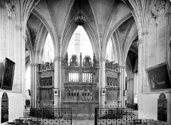 Ancienne abbaye de la Trinité - Eglise : Vue intérieure du déambulatoire prise de la chapelle absidale