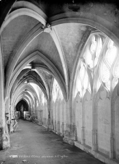 Ancienne abbaye de la Trinité - Cloître : Vue intérieure d'une galerie