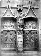 Eglise Saint-Pierre - Façade ouest : Porte en bois sculptée