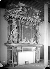 Château des Ducs d'Epernon, actuellement Musée historique et iconographique - Dortoir du 1er étage : Cheminée