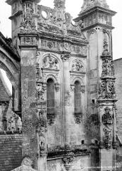 Eglise de la Trinité - Contrefort de l'abside, côté sud